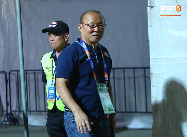 Bùi Tiến Dũng băng kín khuỷu tay, vui vẻ chào người hâm mộ sau trận hòa 0-0 với U23 Jordan - Ảnh 8.