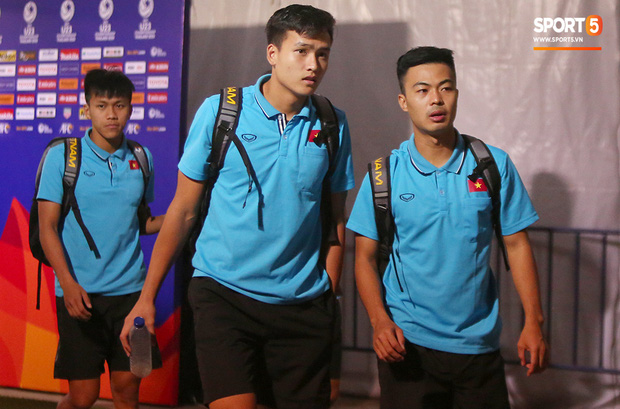 Bùi Tiến Dũng băng kín khuỷu tay, vui vẻ chào người hâm mộ sau trận hòa 0-0 với U23 Jordan - Ảnh 9.