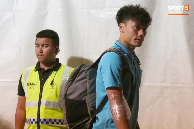 Bùi Tiến Dũng băng kín khuỷu tay, vui vẻ chào người hâm mộ sau trận hòa 0-0 với U23 Jordan - Ảnh 1.