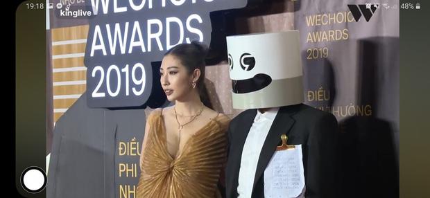 Sánh đôi bên Khổng Tú Quỳnh trong lễ trao giải, chàng nhạc sĩ khiến dân mạng cười vỡ bụng với tờ giấy đặc biệt kẹp ở ngực - Ảnh 2.