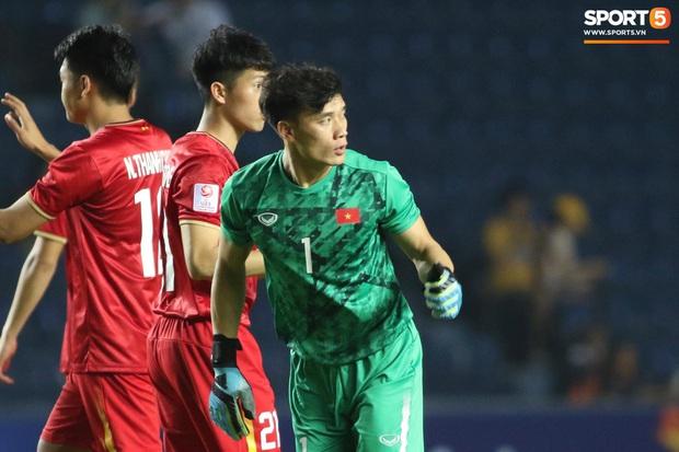 Bùi Tiến Dũng khiến các fan phát sốt với pha cản phá cực đẳng cấp, cầu thủ U23 Jordan ngẩn ngơ tiếc nuối - Ảnh 8.