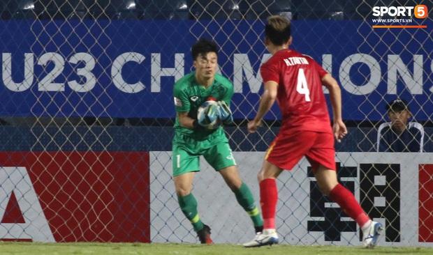 Bùi Tiến Dũng khiến các fan phát sốt với pha cản phá cực đẳng cấp, cầu thủ U23 Jordan ngẩn ngơ tiếc nuối - Ảnh 7.