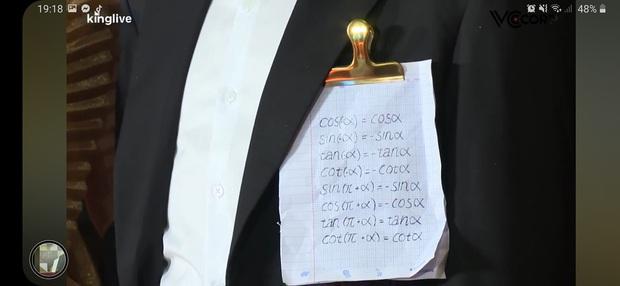 Sánh đôi bên Khổng Tú Quỳnh trong lễ trao giải, chàng nhạc sĩ khiến dân mạng cười vỡ bụng với tờ giấy đặc biệt kẹp ở ngực - Ảnh 3.