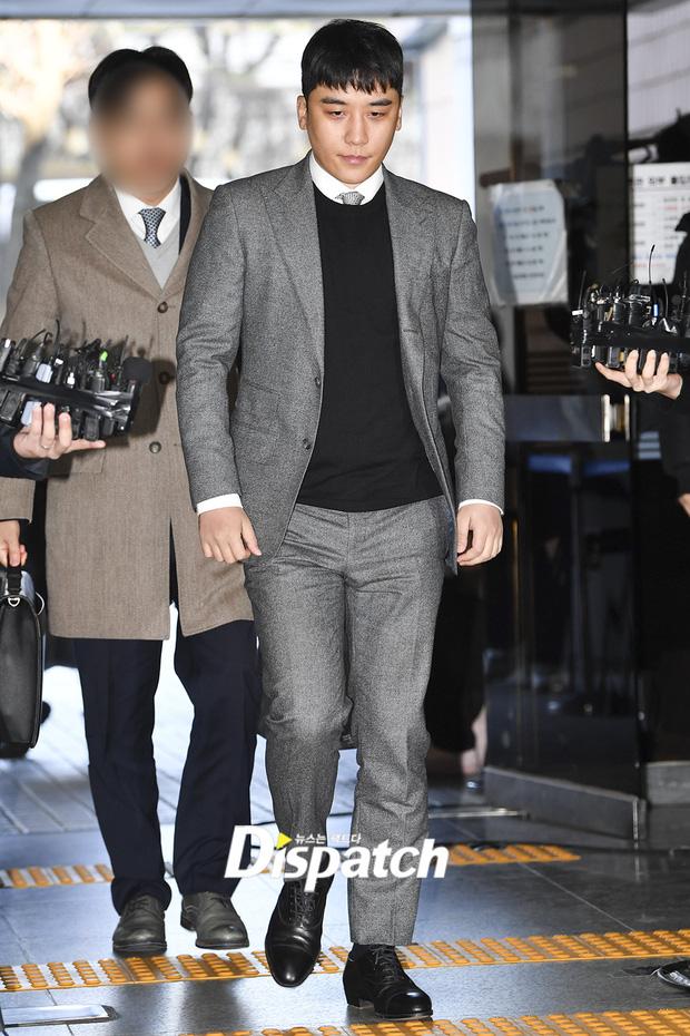 Seungri trình diện trước lệnh bắt giữ vì 7 cáo buộc hình sự, nụ cười bí hiểm khi bước ra khỏi tòa gây chú ý - Ảnh 3.