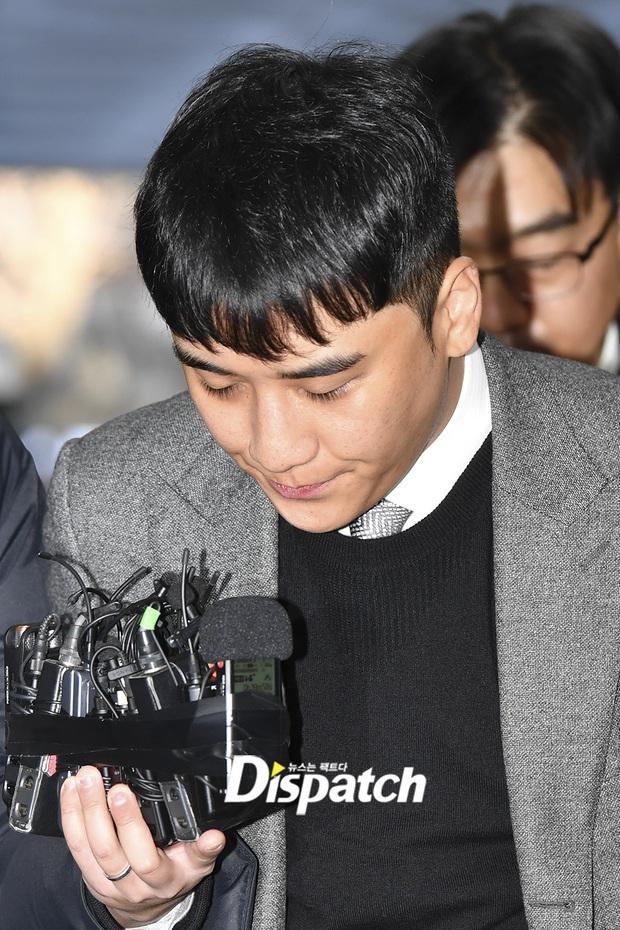 Seungri trình diện trước lệnh bắt giữ vì 7 cáo buộc hình sự, nụ cười bí hiểm khi bước ra khỏi tòa gây chú ý - Ảnh 6.