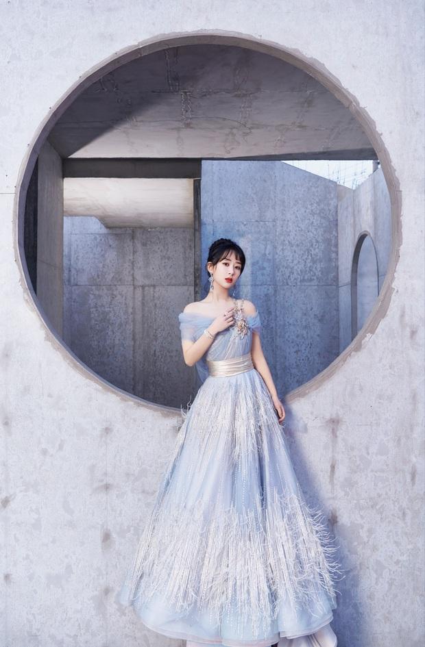Xôn xao cảnh Dương Tử mặc váy kém chất lượng, khiến Dương Mịch ngán ngẩm nhặt lông vũ rơi rụng trên váy đắt tiền - Ảnh 9.