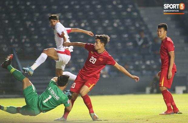Bùi Tiến Dũng băng kín khuỷu tay, vui vẻ chào người hâm mộ sau trận hòa 0-0 với U23 Jordan - Ảnh 4.
