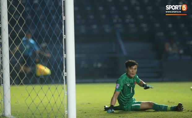 Bùi Tiến Dũng băng kín khuỷu tay, vui vẻ chào người hâm mộ sau trận hòa 0-0 với U23 Jordan - Ảnh 3.