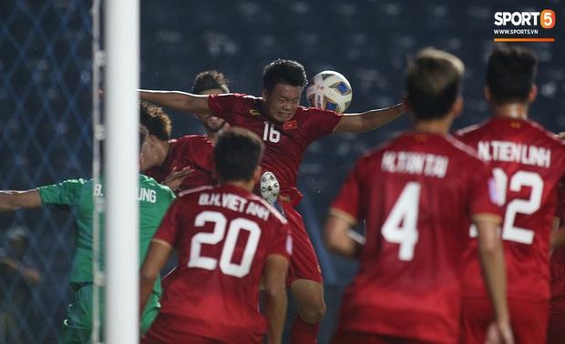 Bùi Tiến Dũng băng kín khuỷu tay, vui vẻ chào người hâm mộ sau trận hòa 0-0 với U23 Jordan - Ảnh 2.