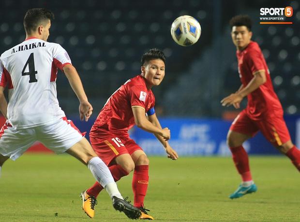 Bùi Tiến Dũng băng kín khuỷu tay, vui vẻ chào người hâm mộ sau trận hòa 0-0 với U23 Jordan - Ảnh 6.