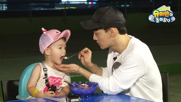 Chen (EXO) làm bảo mẫu trên show: Ông bố đẹp trai lại chăm con khéo trong tương lai đây rồi! - Ảnh 4.