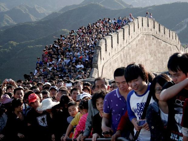 Không phải photoshop, đây là loạt ảnh có thật 100% tại các địa điểm du lịch trong mùa cao điểm: Đông muốn ngạt thở! - Ảnh 5.
