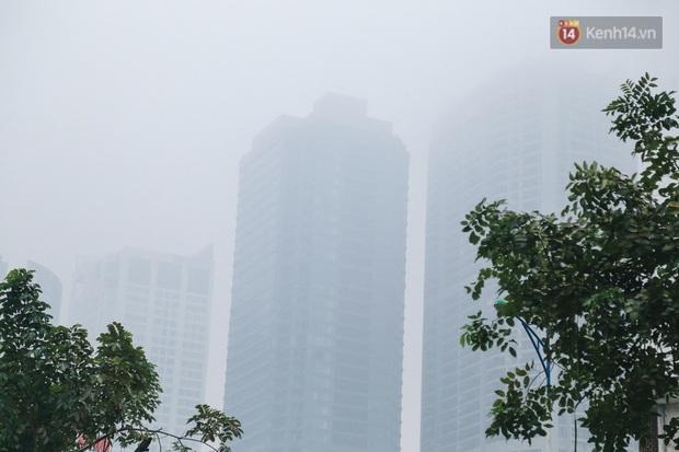 Ảnh: Nhiệt độ giảm sâu, bầu trời Hà Nội sương mù bao phủ từ sáng tới chiều tối - Ảnh 4.