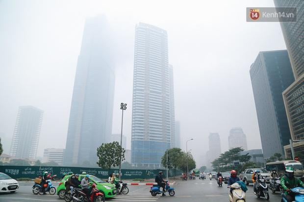 Ảnh: Nhiệt độ giảm sâu, bầu trời Hà Nội sương mù bao phủ từ sáng tới chiều tối - Ảnh 5.