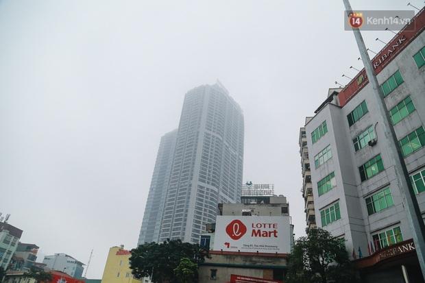 Ảnh: Nhiệt độ giảm sâu, bầu trời Hà Nội sương mù bao phủ từ sáng tới chiều tối - Ảnh 6.