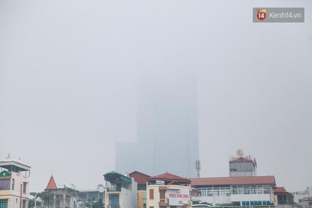 Ảnh: Nhiệt độ giảm sâu, bầu trời Hà Nội sương mù bao phủ từ sáng tới chiều tối - Ảnh 8.