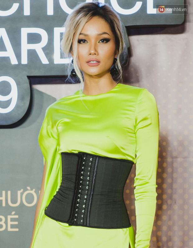 """Top kiểu tóc và makeup """"xịn"""" nhất WeChoice Awards 2019: Châu Bùi - Khánh Linh đẹp ma mị, Hương Giang tâm huyết đính đá không đụng hàng - Ảnh 6."""