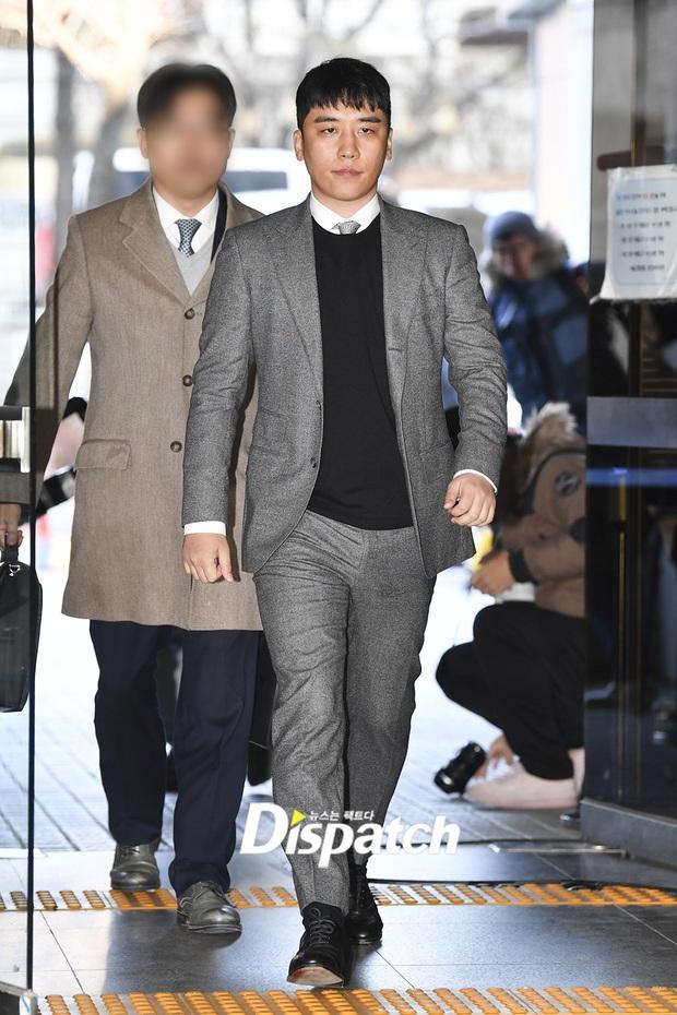 Seungri trình diện trước lệnh bắt giữ vì 7 cáo buộc hình sự, nụ cười bí hiểm khi bước ra khỏi tòa gây chú ý - Ảnh 2.