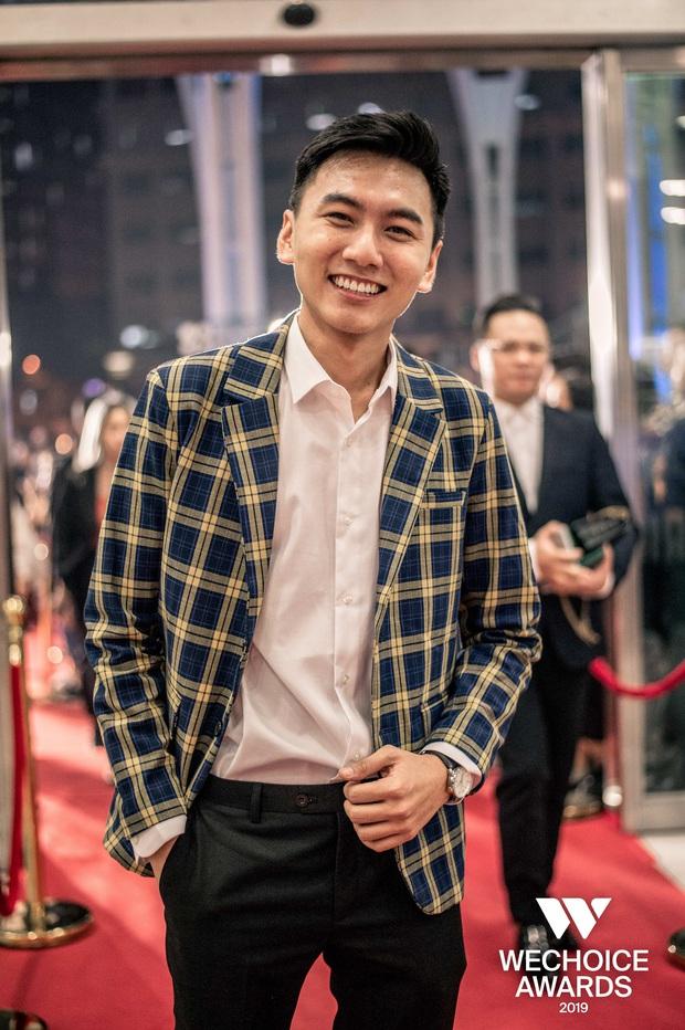 Loạt khoảnh khắc Khoai Lang Thang cực điển trai ở Gala WeChoice: Thôi anh đừng lang thang nữa, về với tim em này! - Ảnh 1.