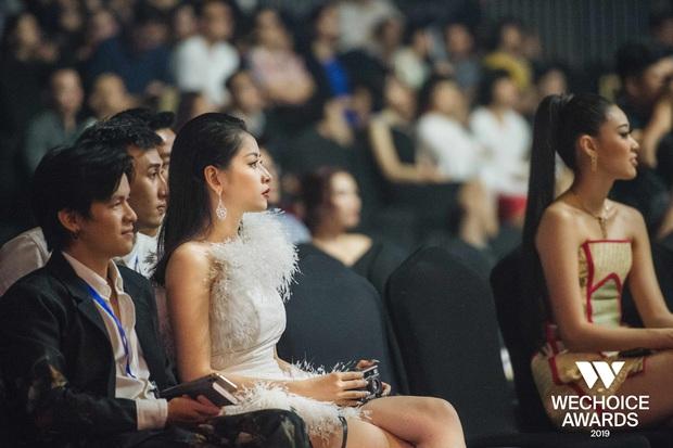 Đam mê như Chi Pu: Ngồi dự WeChoice Awards vẫn miệt mài chụp ảnh film, chưa biết thành quả ra sao nhưng tâm huyết thì có thừa! - Ảnh 3.
