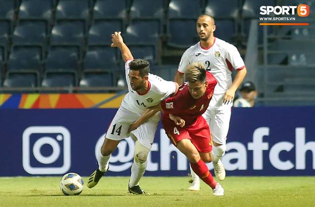 Chết cười với pha dùng chỗ hiểm đỡ bóng của cầu thủ U23 Jordan khiến Bùi Tiến Dũng hết hồn - Ảnh 3.