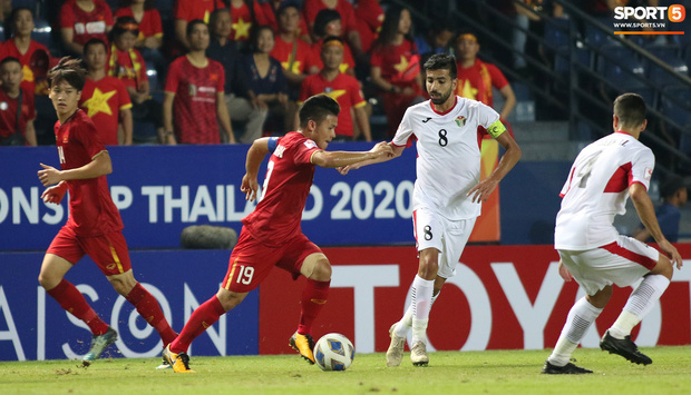 Cầu thủ U23 Jordan khiến Quang Hải phát cáu - Ảnh 1.