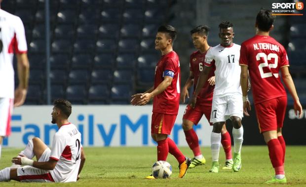 Cầu thủ U23 Jordan khiến Quang Hải phát cáu - Ảnh 5.