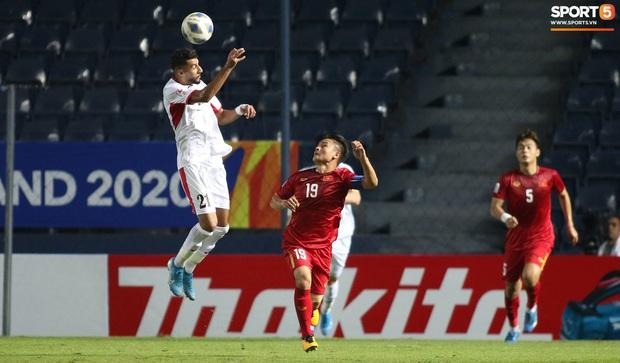 Cầu thủ U23 Jordan khiến Quang Hải phát cáu - Ảnh 4.