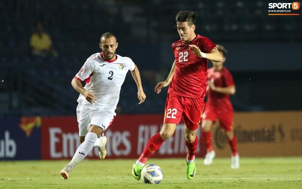 Cầu thủ U23 Jordan khiến Quang Hải phát cáu - Ảnh 6.