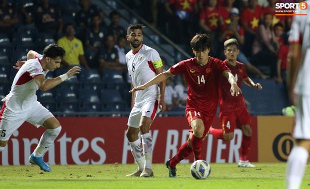 Cầu thủ U23 Jordan khiến Quang Hải phát cáu - Ảnh 7.