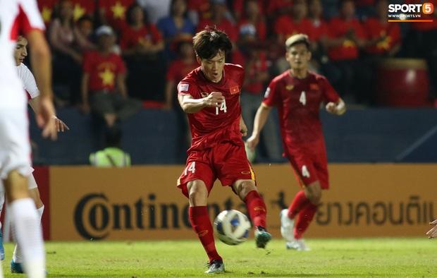 Cầu thủ U23 Jordan khiến Quang Hải phát cáu - Ảnh 8.