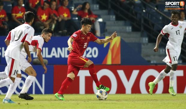 Cầu thủ U23 Jordan khiến Quang Hải phát cáu - Ảnh 13.