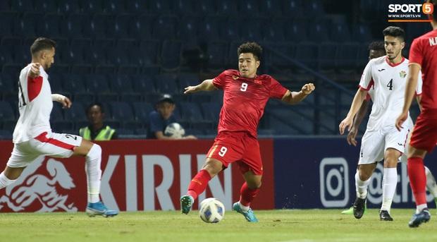 Cầu thủ U23 Jordan khiến Quang Hải phát cáu - Ảnh 10.