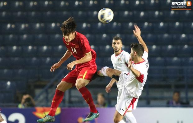 Cầu thủ U23 Jordan khiến Quang Hải phát cáu - Ảnh 9.