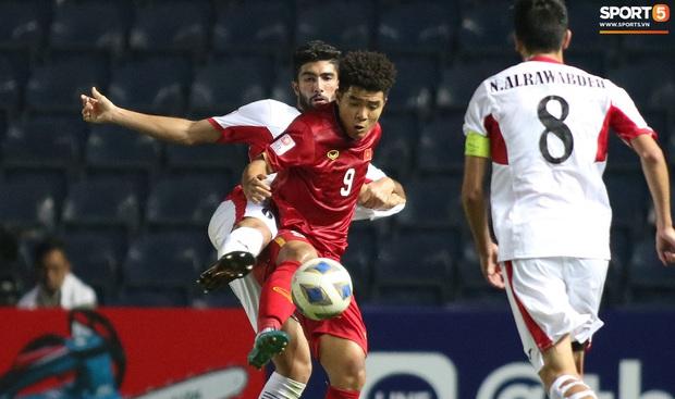 Cầu thủ U23 Jordan khiến Quang Hải phát cáu - Ảnh 11.