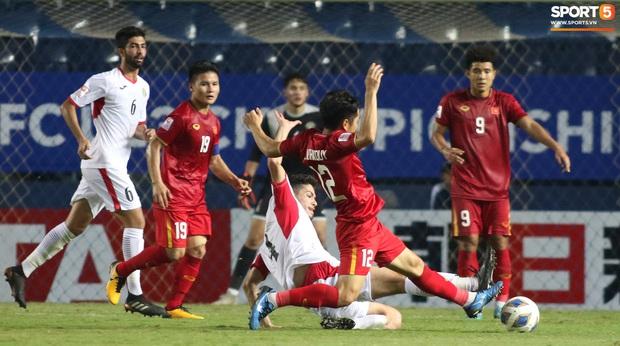 Cầu thủ U23 Jordan khiến Quang Hải phát cáu - Ảnh 12.