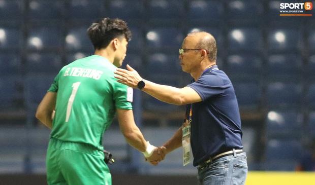 HLV Park Hang-seo chăm sóc từng học trò sau trận đấu kiệt sức với U23 Jordan - Ảnh 6.