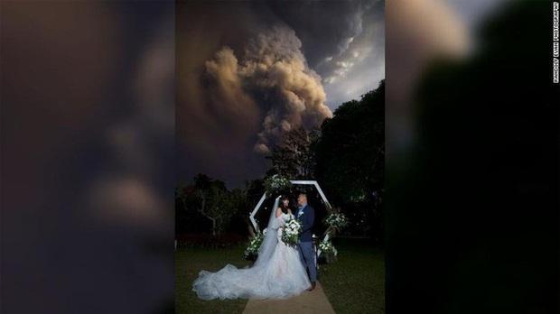 Mặc núi lửa phun trào dữ dội phía sau, đôi vợ chồng vẫn bình tĩnh tổ chức cho xong đám cưới đã rồi tính - Ảnh 1.