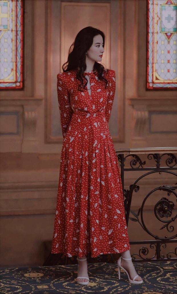 Cùng 1 mẫu váy: Lưu Diệc Phi đẹp thần tiên, Công nương Kate lại chứng tỏ đẳng cấp khi sửa váy sang trọng hơn hẳn - Ảnh 2.
