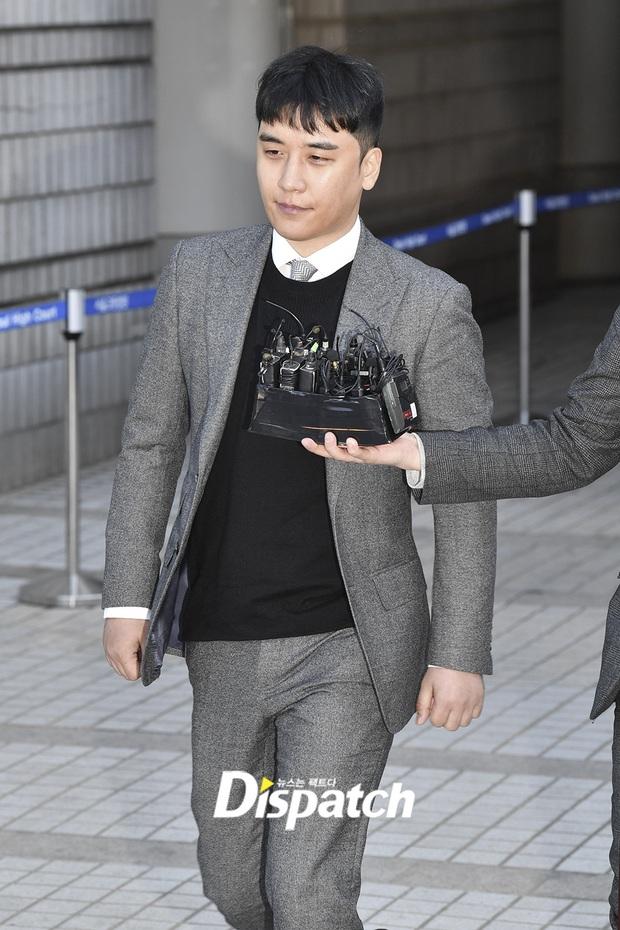 Seungri trình diện trước lệnh bắt giữ vì 7 cáo buộc hình sự, nụ cười bí hiểm khi bước ra khỏi tòa gây chú ý - Ảnh 8.