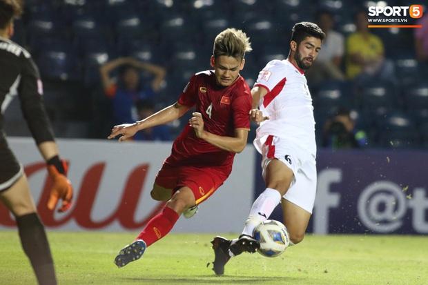 Bùi Tiến Dũng khiến các fan phát sốt với pha cản phá cực đẳng cấp, cầu thủ U23 Jordan ngẩn ngơ tiếc nuối - Ảnh 9.