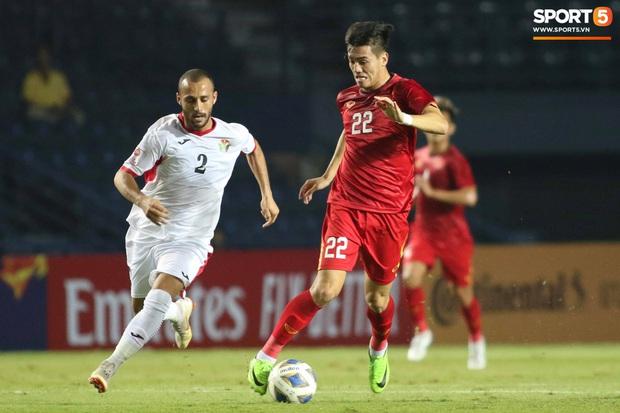 Bùi Tiến Dũng khiến các fan phát sốt với pha cản phá cực đẳng cấp, cầu thủ U23 Jordan ngẩn ngơ tiếc nuối - Ảnh 2.