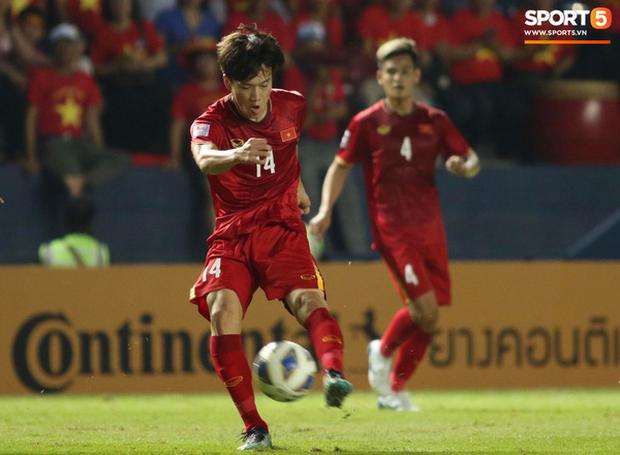 Bùi Tiến Dũng khiến các fan phát sốt với pha cản phá cực đẳng cấp, cầu thủ U23 Jordan ngẩn ngơ tiếc nuối - Ảnh 1.