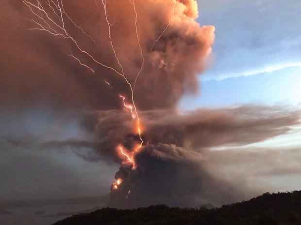 Giữa lúc 50.000 người được sơ tán vì núi lửa phun trào, nhóm nhạc nữ Kpop gây lo lắng khi bị kẹt giữa Philippines - Ảnh 2.