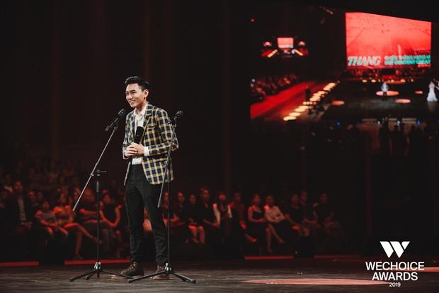 Loạt khoảnh khắc Khoai Lang Thang cực điển trai ở Gala WeChoice: Thôi anh đừng lang thang nữa, về với tim em này! - Ảnh 6.