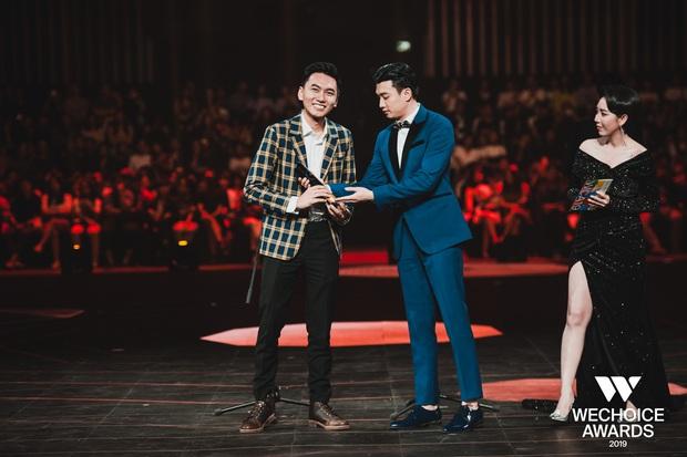 Loạt khoảnh khắc Khoai Lang Thang cực điển trai ở Gala WeChoice: Thôi anh đừng lang thang nữa, về với tim em này! - Ảnh 4.