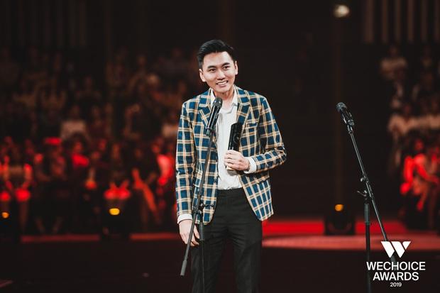 Loạt khoảnh khắc Khoai Lang Thang cực điển trai ở Gala WeChoice: Thôi anh đừng lang thang nữa, về với tim em này! - Ảnh 3.