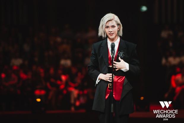 Loạt khoảnh khắc không đẹp không tính tiền của Denis Đặng tại WeChoice Awards 2019 - Ảnh 2.