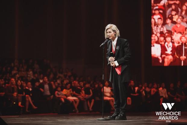 Loạt khoảnh khắc không đẹp không tính tiền của Denis Đặng tại WeChoice Awards 2019 - Ảnh 3.