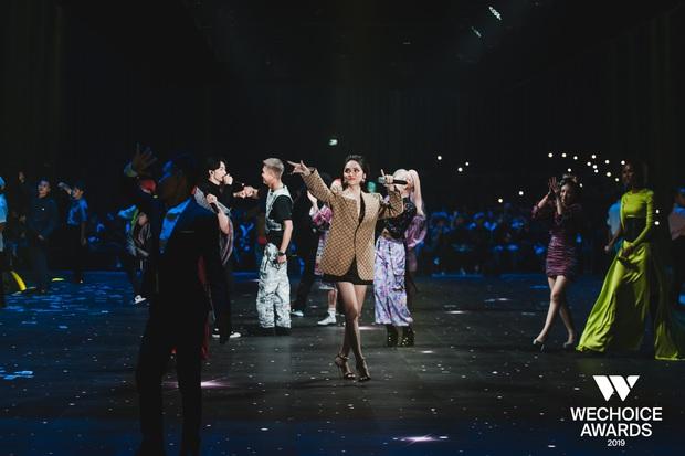 HH HHen Niê ngẫu hứng góp giọng cùng Đen Vâu trong hit Cảm ơn, khép lại đêm Gala WeChoice tôn vinh và trao giải tràn đầy cảm hứng! - Ảnh 9.